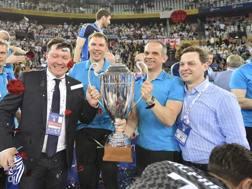 Il vice di Kazan Tomaso Totolo, 52 anni, secondo da destra, dopo la vittoria della Champions League 2017