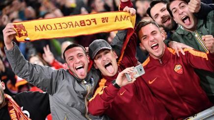 Tifosi della Roma in festa dopo la qualificazione sul Barça. LaPresse