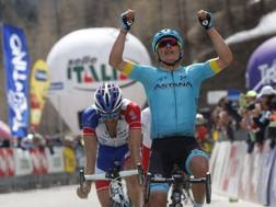 Il colombiano Miguel Angel Lopez, 24 anni, supera il francese Thibaut Pinot,  27.   BETTINI