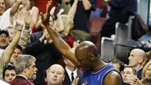 Il saluto di Michael Jordan nella sua gara di addio. Epa