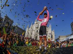 Tom Dumoulin in trionfo al Giro 2017 davanti al Duomo di Milano. Bettini