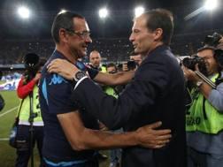 Il tecnico del Napoli Maurizio Sarri abbraccia l'allenatore della Juve Massimiliano Allegri. Ansa