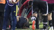 Il tecnico Gunes accasciato al suolo dopo l'aggressione. EPA