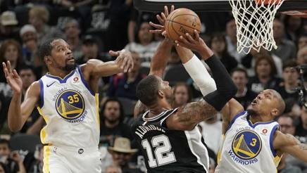 LaMarcus Aldridge al tiro tra Kevin Durant e David West. Ap
