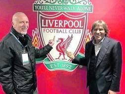 Roberto Pruzzo e Bruno Conti ad Anfield scherzano facendo il dito medio allo stemma del Liverpool.