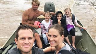 Laird Hamilton porta in salvo una famiglia. Instagram