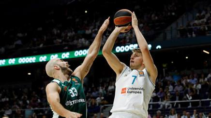 Duello guardie:Nick Calathes (a sinistra del Pantathinaikos e Luka Doncic del Real Madrid. Afp
