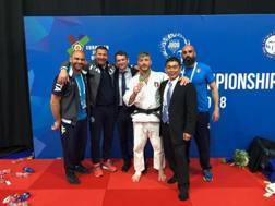 Antonio Esposito festeggia il bronzo conquistato nella categoria 81 kg