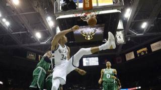 Antetokounmpo in acrobazia contro i Celtics.