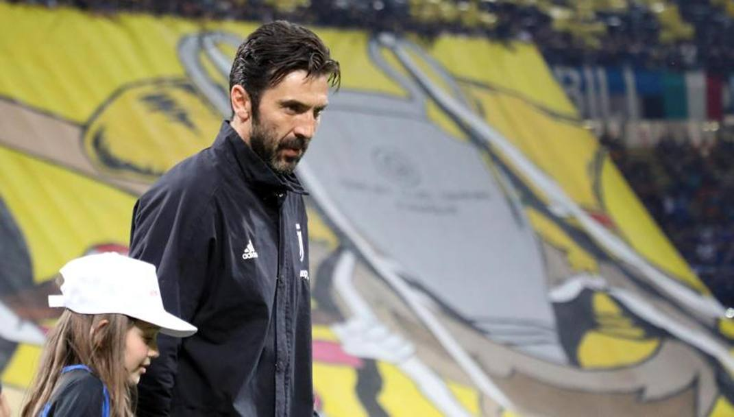 Gigi Buffon all'entrata in campo. Ansa