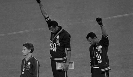 Peter Norman, il primo a sinistra, sul podio dei 200 metri ai Giochi di Messico 1968 AP
