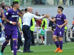 Stefano Pioli esulta con Simeone, mattatore del match con il Napoli. Lapresse