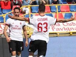 Hakan Calhanoglu, autore del primo gol del Milan, festeggia con Patrick Cutrone. Ansa