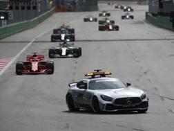 Una fase del GP di Baku con il gruppo dietro la Safety Car. LaPresse