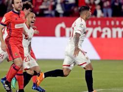 Éver Banega, 29 anni, festeggia il gol alla Real Sociedad. Epa