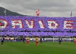 L'omaggio della curva della Fiorentina dopo la scomparsa di Davide Astori. Afp