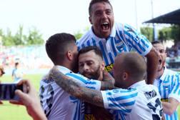 I giocatori della Spal esultano dopo la vittoria sul Benevento. Lapresse