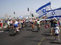 Sulle strade israeliane del Giro quanta passione. Bettini