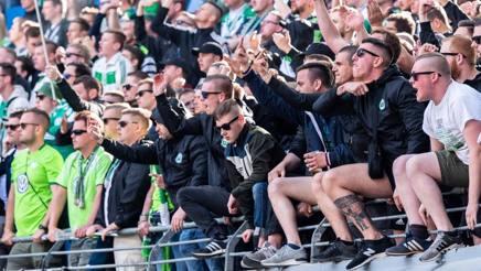 La rabbia dei tifosi del Wolfsburg dopo la sconfitta a Lipsia. Afp