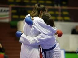 L'abbraccio tra le due compagne di squadra Lo Iacono e Salustri dopo la finale nei -63 kg