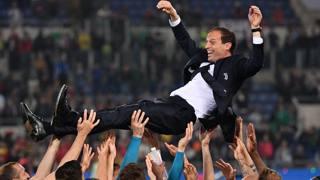 Massimiliano Allegri festeggiato dalla squadra. LaPresse
