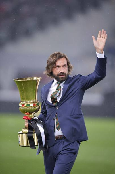 Andrea Pirlo porta in campo la Coppa Italia. Getty