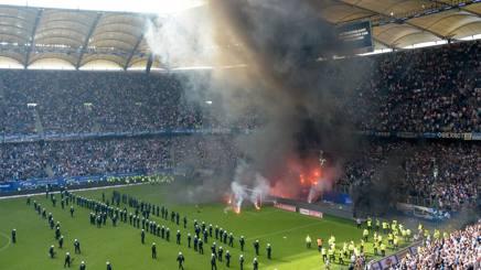 Fumogeni e polizia in campo ad Amburgo. Afp
