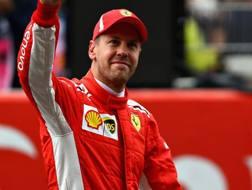 Sebastian  Vettel saluta il pubblico dopo le qualifiche. Getty