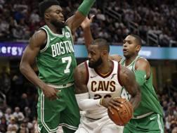 LeBron James contro la difesa dei Celtics. Ap
