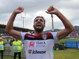 Leonardo  Pavoletti festeggia dopo la vittoria contro la Fiorentina. Getty