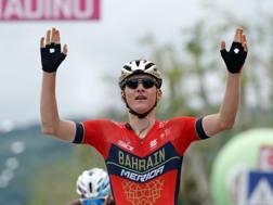 Matej Mohoric, 23, a braccia levate a Gualdo Tadino. Bettini