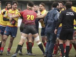 Iordachescu, di spalle, aggredito dai giocatori spagnoli AP