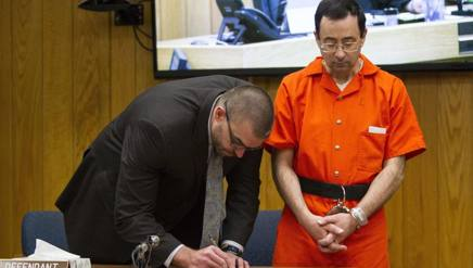 Larry Nassar col difensore in tribunale. Ap