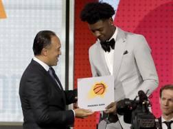Il Commissioner Mark Tatum si congratula con Josh Jackson dei Suns dopo l'annuncio che Phoenix ha vinto la Lotteria del Draft.