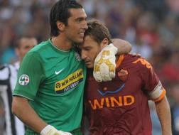Il portiere della Juventus Gigi Buffon con l'ex capitano della Roma Francesco Totti in una foto di archivio. LaPresse