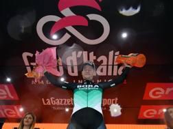 Sam Bennett, 25, sul podio di Imola. Lapresse