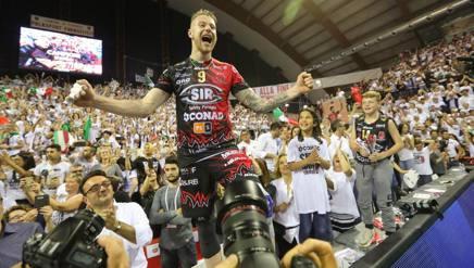 Ivan Zaytsev festeggia con i tifosi lo scudetto. Tarantini