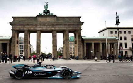 Nico Rosberg, 32 anni, campione del mondo 2018 con la Mercedes, al volante della Formula E davanti alla Porta di Brandeburgo a Berlino