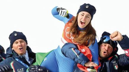 Sofia Goggia, 25 anni, oro a PyeongChang portata in trionfo da Giovanni Feltrin (a sin.) e Marco Viale