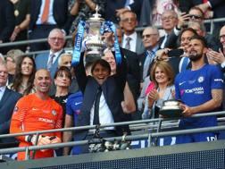 Antonio Conte, 48 anni, con la FA Cup vinta sul Manchester United. Getty