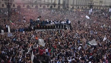 I tifosi della Juve in piazza San Carlo a Torino. LaPresse