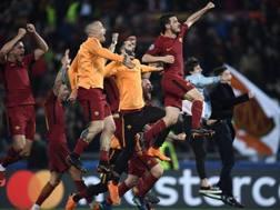 L'esultanza della Roma dopo il successo sul Barcellona. Afp
