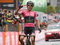 """Simon Yates, 25 anni, maglia rosa con 2'11"""" di vantaggoi su Dumoulin. Afp"""