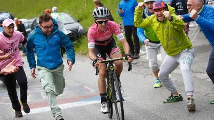 Terza vittoria di Simon Yates al Giro 101. Lapresse