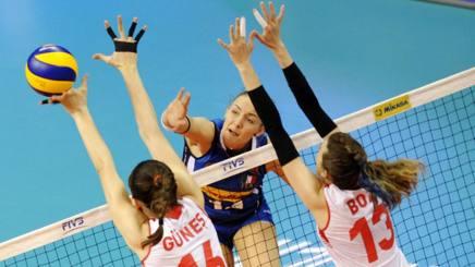 Un attacco di Elena Pietrini, 18 anni, nella prima uscita di VNL contro la Turchia FIVB.COM