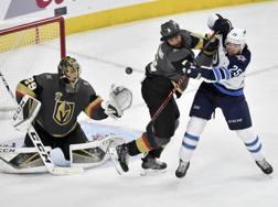 Il portiere di Las Vegas Fleury e il difensore Engelland contro i Winnipeg Jets AP