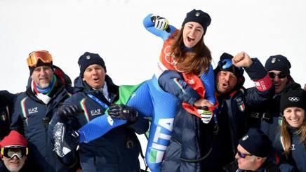 Sofia Goggia con la squadra di discesa ai Giochi. Feltrin è il secondo da sinistra EPA