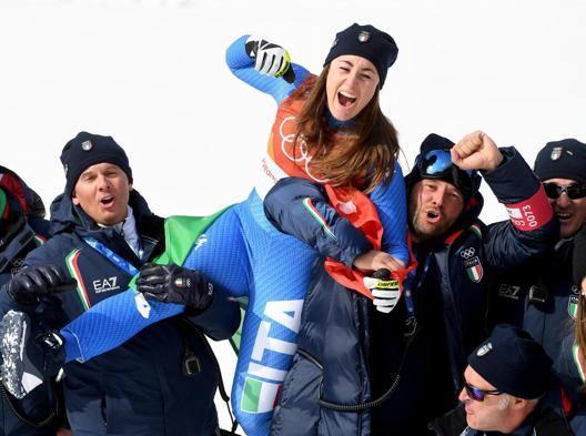 Sofia Goggia con la squadra di discesa ai Giochi. Feltrin è il primo da sinistra EPA