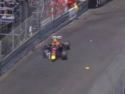 La Red Bull di Verstappen contro le barriere nelle libere tre