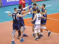 L'esultanza degli azzurri per la seconda vittoria nella VNL: piegato il Brasile 3-2 FIVB.COM